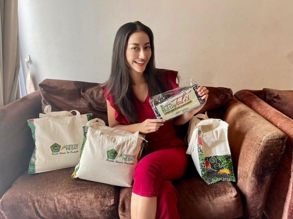 Wow! Batik Tulis Pamekasan Hiasi Panggung Miss Universe 2021 AS