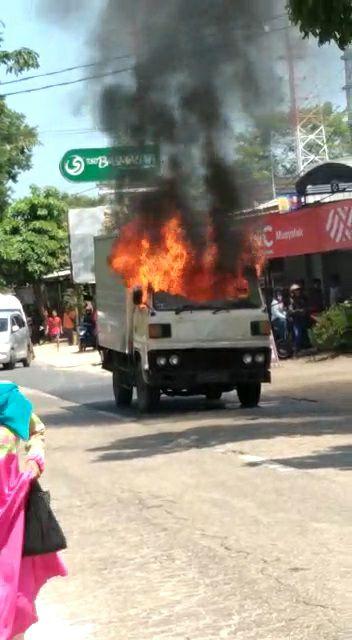 Mobil Boks Ini Bikin Heboh, Jalan Sendiri Saat  Terbakar, Sopirnya Warga Bangkalan
